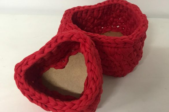 Cestos de crochê em formato de coração